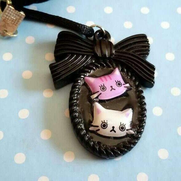 Collana con ciondolo cammeo #kawaii #cat #cats #japan #bow #sweet #resin #black #pinup #pink #white #goth #dark #gothic #horror #rockabilly #love #heart #baby #handmade #summer #estate