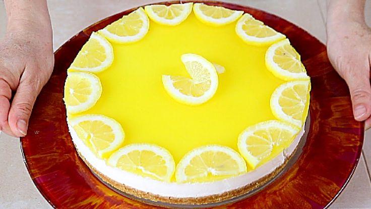 200g biscotti digestive, 100g di burro.  Per la Torta: 10g di gelatina in fogli, 250 ml di panna fresca, 300g di yogurt al limone, 200g di formaggio spalmabile, 100g di zucchero, succo di un limone.  Per la crema al limone: 100ml di succo d'arancia, 100ml di succo di limone, 15g di maizena, 70g di zucchero  Fette di 1 limone per decorare  Ingredients. For the cheesecake: 200g/7.05 oz digestive biscuits, 100g/3.52 oz of butter, 10g/0.35 oz of gelatin sheets, 250 ml/8.45 fl oz of fresh cr