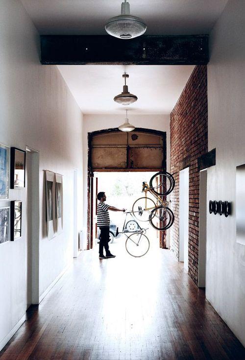 Vélo suspendu dans une entrée