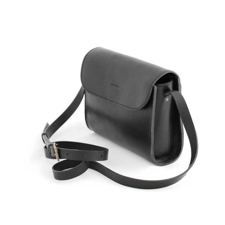 ELVI cross body bag is handmade from soft cow leather with detailed stitching, creating a classy, timeless look. Sustainably made from vegetal tanned leather.