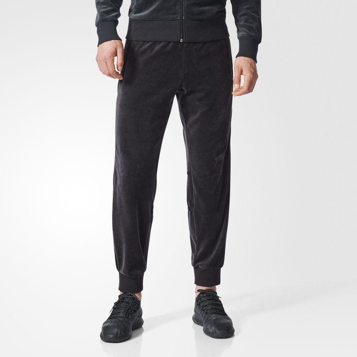 Spodnie dresowe dla mężczyzn o zapożyczonym z archiwalnych katalogów fasonie przywołują oryginalny, welurowy design modelu Challenger. Model ma mankiety wykończone ściągaczem i kieszenie na suwak z przodu. Zwężane nogawki są wykończone stonowanymi kolorystycznie 3 paskami biegnącymi od talii do kolan.