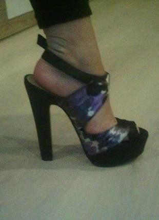 Dámské páskové boty na podpatku černé