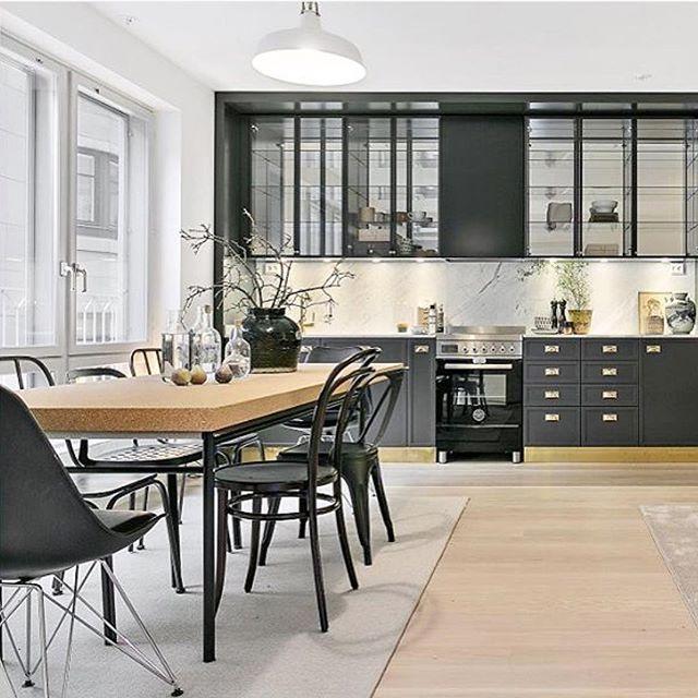 [ Inspiration ] Vilket kök, och vilka ytor! Snygga detaljer som sockeln, olika design stolar och Sinnerlig- bordet i kork som Ilse Crawford designat för Ikea! Pic cred: @notarvasastan Styling: @balthazarinterior