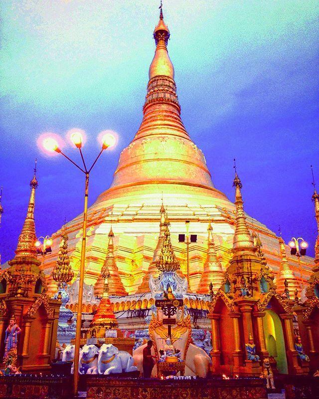 Shwedagon Pagoda✨  Getting dark,the pagoda begin shine🌃✨ So brilliant 💫💫💫 .  日が沈み始めると、ライトアップされるシュエダゴン。元々、金箔でピカピカなのに、更にライトアップされますますピカピカに。これは一見の価値あり💡  #mymyanmartrip #southeastasia#myanmar#yangon#shwedagonpagoda#pagoda#temple#asean #brilliant#gold#shine #instatrip#travelgram#instatravel#instapassport#solotravel#backpacker#travelmyanmer#travelsoutheastasia #東南アジア#ミャンマー#ヤンゴン#シュエダゴンパゴダ#パゴダ