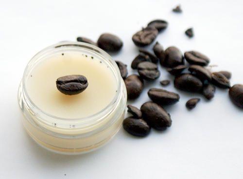 Ecco tre ricette per dei facili cosmetici fai da te al caffè che vi aiuteranno contro cellulite, borse sotto gli occhi e labbra secche!
