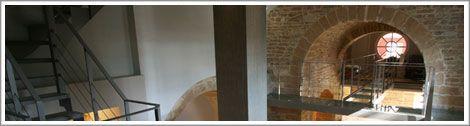Architecte Lyon : renovation ancienne chapelle pierre - Les escaliers métalliques ainsi que les passerelles recevant des dalles de verre feuilleté transparent, mais aussi les garde-corps sont des réalisations d'Escaliers Décors® (www.ed-ei.fr).