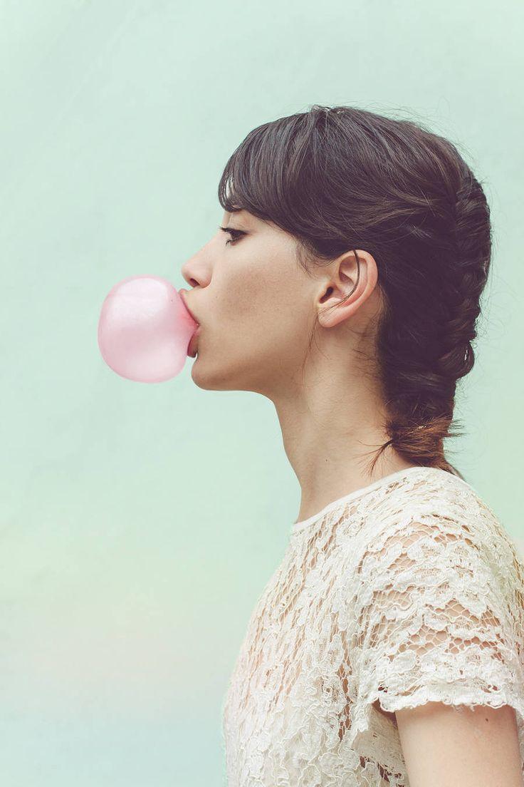 A série de Natalia Petri combina o surrealismo e o estilo comtemporâneo da fotógrafa argentina em tons pasteis e delicadeza.