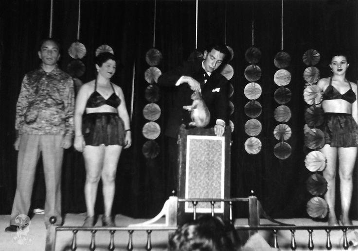 Il mago Dawson produce un coniglio. Palermo, 1955 ca.