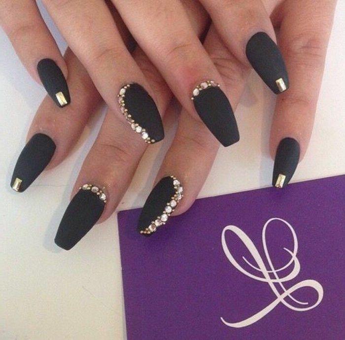 naegel steine schwarze matt naegel goldene steinchen lange nagel nageldesign mit…