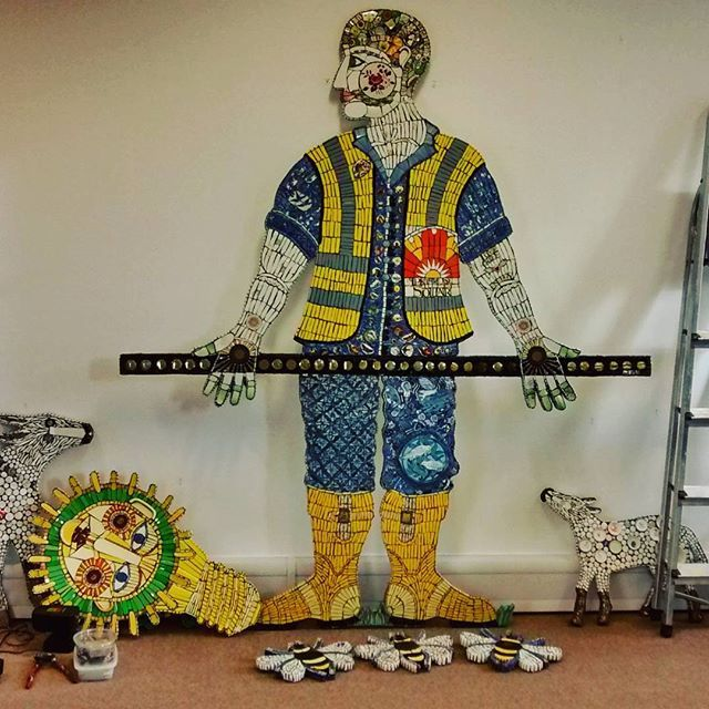 Installing the Primrose Solar installer Man and Menagerie in London. The perfect job sustainable materials for a sustainable business. #sustainable #mosaic #recycledceramics #recycledchina  #primrosesolar #cleomussi