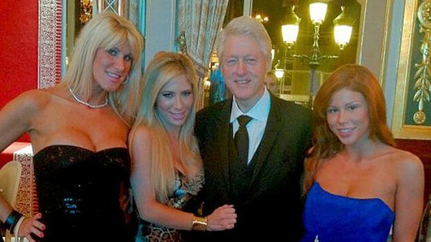 H (μετά την προεδρία) ζωάρα του Bill Clinton - Malebox - ΔΙΑΒΑΣΜΑ   oneman.gr Έδώ φωτογραφίες τού Bil με κανονικές πόρνες, όπως τις Barbie Girl και Ava Adora (του γνωστού ράντσου-μπουρδέλου στο Λας Βέγκας), με τις οποιές φωτογραφήθηκε στο Unite4Charity event και οι οποίες φέρονται να του έλεγαν 'Σε παρακαλώ πάρε μας, πατερούλη'.