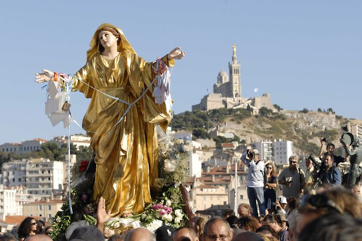 15 AOUT 2016 - Origines, significations... L'Assomption n'est pas qu'un jour férié. Le 15 août est aussi l'occasion pour de nombreux catholiques de fêter l'élévation de la Vierge Marie vers le ciel.