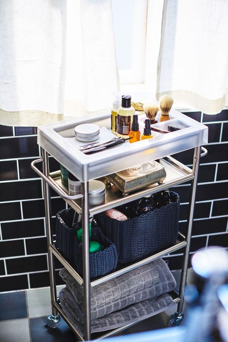 Grundtal Rollwagen Aus Edelstahl Mit Rasurutensilien Handtuchern In Einem Badezimmer Ikea Badzubehor Kleines Bad Dekorieren Manner Badezimmer