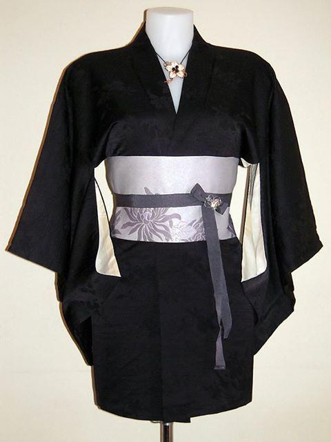 Haori nero con elegante motivo damascato di fiori di ciliegio + cintura obi artigianale + spilla/ciondolo d'epoca PEZZO UNICO - 100% SETA DAMASCATA