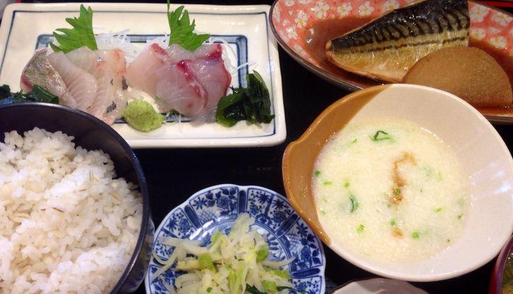 今日の魚定食は、黒鯛刺し、あじ刺し、さば煮にとろろ、香の物。