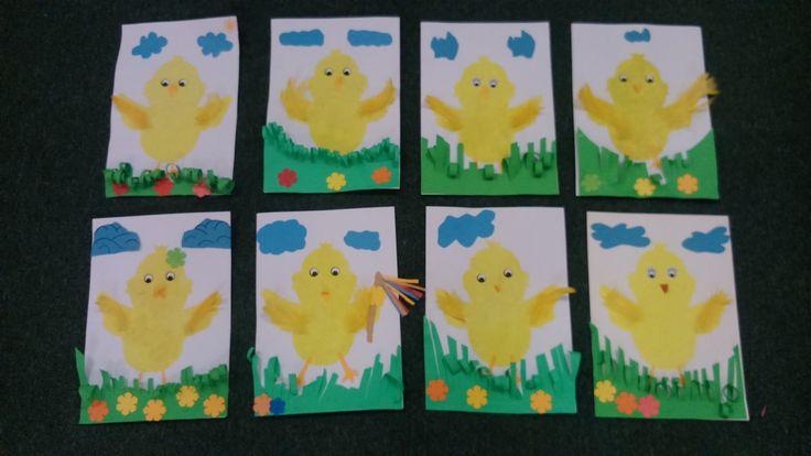Tupovaná kuřátka jsou doplněna trávou, obláčky a květinami z barevného papíru. Tupování bylo provedeno temperou a plochým štětcem přes šablonu. na křídla jsme přilepili žlutá peříčka.