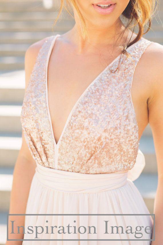 Réservé pour les demoiselles dhonneur de Christina Brokaw.  9 robes de demoiselle dhonneur magnifique mettant en vedette or rose paillettes dessus (col en v devant et dos aéré) avec jupes de mousseline de soie longueur de fard à joues (#114) et fard à joues couleur taffeta ceinture et dos de larc.  Ces robes sont possibles avec des tasses buste intégrés pour la prise en charge et de mise en forme, si vous le désirez.  Votre robe sera à vos mesures exactes, vous pouvez spécifier exactement…