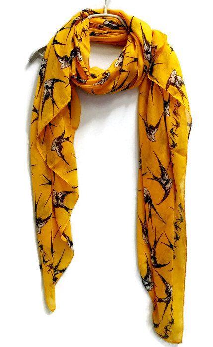 Prachtige vliegende swallow vogels mosterd gele sjaal. Deze sjaal gordijnen prachtig is een perfecte accessoire voor de lente & zomer / herfst de