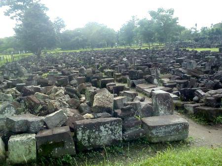 the history of  discovery  Prambanan temple  in Yogyakarta