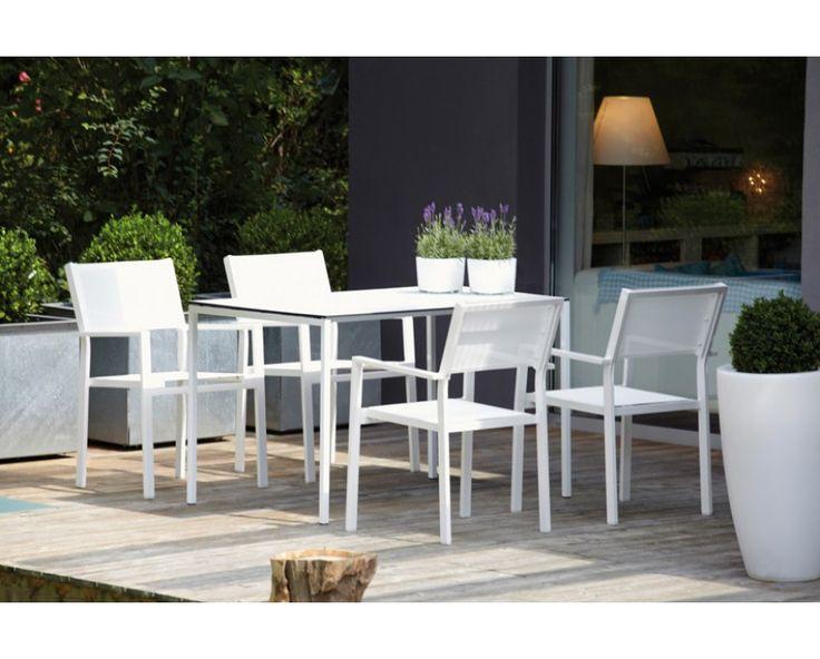 Der Cubic Stuhl von Jan Kurtz überzeugt wegen seiner vielseitigen Einsatzmöglichkeiten. Aufgrund der Verwendung des wetterfesten und UV-beständigem Bezugstoff Batyline kann Cubic ganzjährig im Freien eingesetzt werden. Durch die gradlinige Formsprache eignet sich die Cubic Serie gleichermaßen für die Terrasse wie auch für den Wohnbereich. Das Gestell aus pulverbeschichten Aluminium ist so konzipiert, dass sich der Stuhl stapeln lässt und somit platzsparend verstaut werden kann.