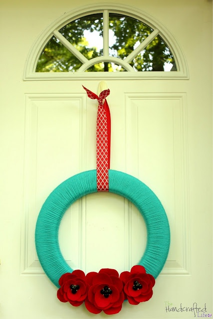 Summery Felt Poppy Yarn Wreath....loving red/turquoise combo right now