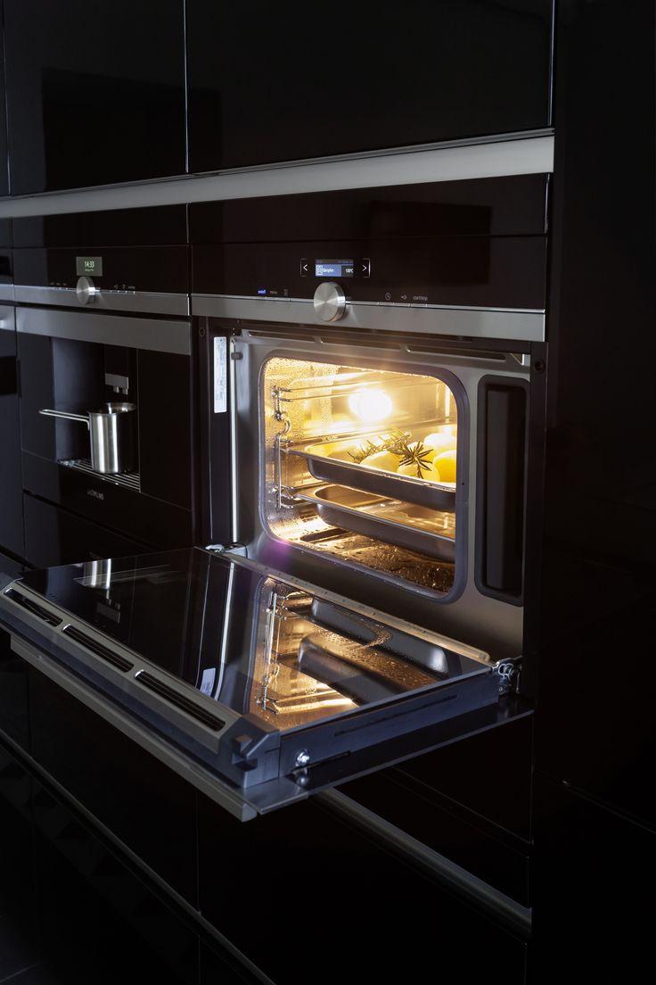 In der geräumigen Küchenwand am Ende des Raumes findet nicht nur ein großer Doppelkühlschrank Platz, sondern auch Kaffeautomat und Backofen. Das Besondere daran: während das Essen im Ofen vor sich hin brutzelt, können auch Teller und Tassen in der Wärmeschublade unter dem Herd die Wärme aufnehmen.   Fotocredit: JALAG/seasons.agency/A. Lorenzen