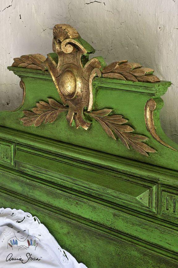 Eleganckie połączenie intensywnej zieleni, ciemnego wosku i złoceń.