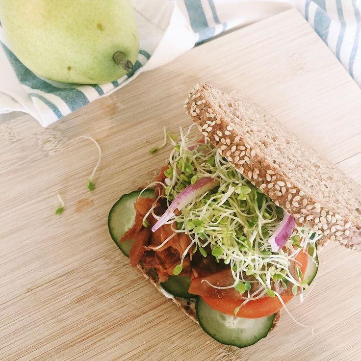 Almoço rápido hoje  Pão de grãos germinados da #ezekiel que eu amo um pouquinho da veganeise sem soja que eu ganhei da @followyourheart pepinos fatiados carne de jaca pronta da @uptonsbreakroom que é feita com pouquíssimos ingredientes (todos pronunciáveis) cebola roxa e micro greens. A pêra é pra daqui a pouco. De lanche tem pepino tomate e cenoura com homus.  ----  Quick lunch today with sprouted grain bread soy veganeise cucumber tomato micro greens and that delicious jackfruit barbecue…