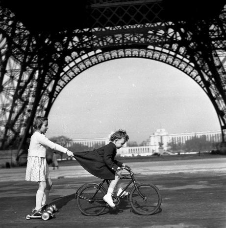 Robert Doisneau photographs the French on bikes http://shar.es/lfnjR