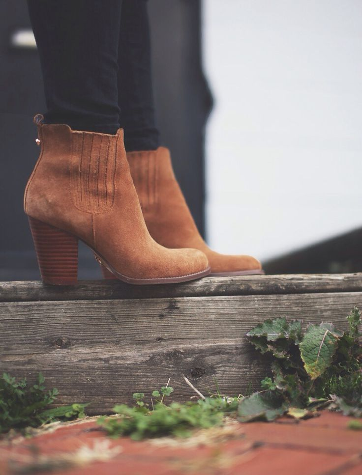Gorgeous tan suede boots with a stacked heel. Via Happily Grey.:
