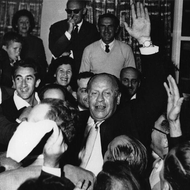 """Oskar Schindler (al centro) tra alcuni sopravvissuti all'Olocausto a Gerusalemme, nel 1962. Schindler (nato il 28 aprile 1908) è stato un imprenditore tedesco, famoso per aver salvato circa 1.100 ebrei dallo sterminio durante la Seconda guerra mondiale: la sua storia è raccontata nel romanzo di Thomas Keneally """"La lista di Schindler"""" e nel film del 1993 """"Schindler's List"""", diretto da Steven Spielberg"""
