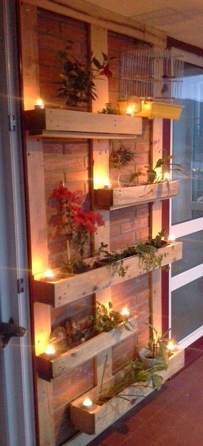 Fabrica tus propios maceteros en forma de jardín vertical para la terraza o jardín con maderas de palet.