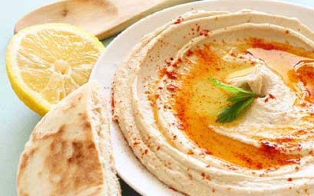 Variazine della ricetta dell'Hummus -  L'hummus piccante Ami l'hummus e ami il piccante?... ecco la ricetta che fa per te! Una variazione delle ricetta dell'Hummus, che potrai variare ancora cambiando la base degli ingredienti! Questa ricetta è davvero par #ricettehummus #ricettepiccanti