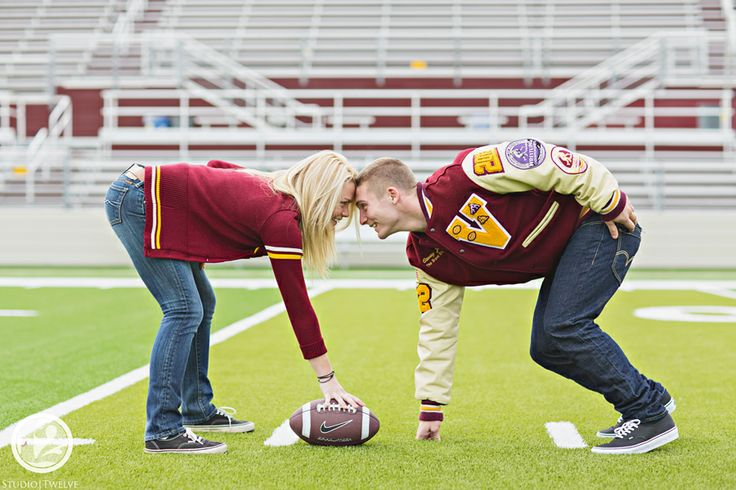 This is sooo cute! Boyfriend/girlfriend senior portraits!