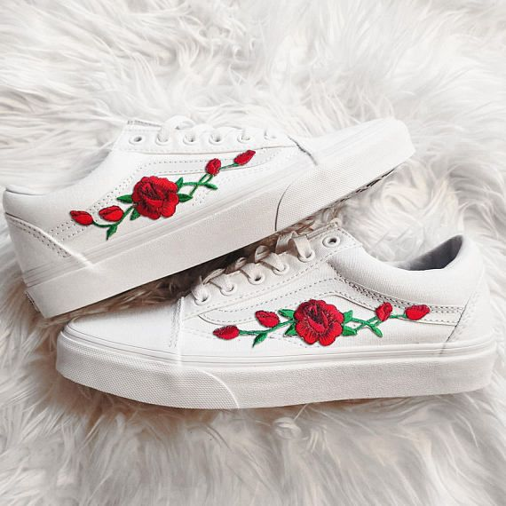Rose Knospen rot auf echten weißen Unisex Custom Rose bestickt Patch Vans Old-Skool Sneakers Herren und Damen Größe erhältlich (Bitte wählen Sie Ihre Größe sorgfältig - Liste ist in US Größe.) Sie sind echte Vans Sneakers, die von hand angepasst werden. Der Preis ist die gesamte