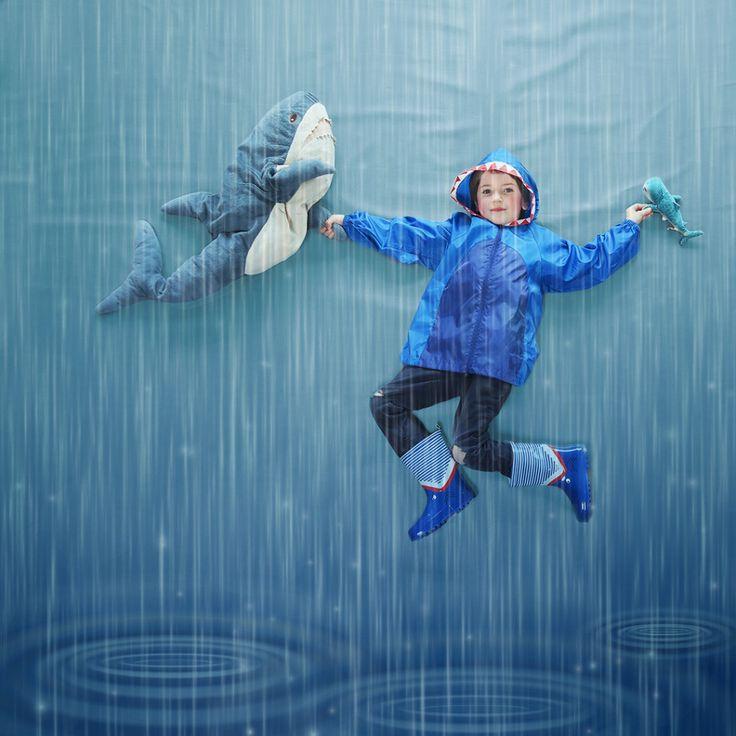 Buitenspelen in de regen kan echt super leuk zijn! Zeker als het weer wat warmer is. Al hoeft koude ook geen reden zijn om binnen te blijven. Extra sokjes in de regenlaarzen, een goede dikke trui onder de regenjas en warme waterbestendige handschoenen doen wonderen.  Activiteiten met kinderen in de regen.  Buitenspelen in de regen - Activiteiten https://mamaabc.be/buitenspelen-regen-activiteiten/