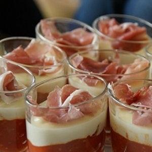 Verrines italiennes au Parmesan      Ces verrines se composent d'une crème de poivrons et tomates cerises, sur laquelle on dispose une crème au parmesan. Juste avant de servir, on ajoute une tranche de jambon cru sur le dessus. On obtient des verrines délicieuses aux saveurs de l'Italie.