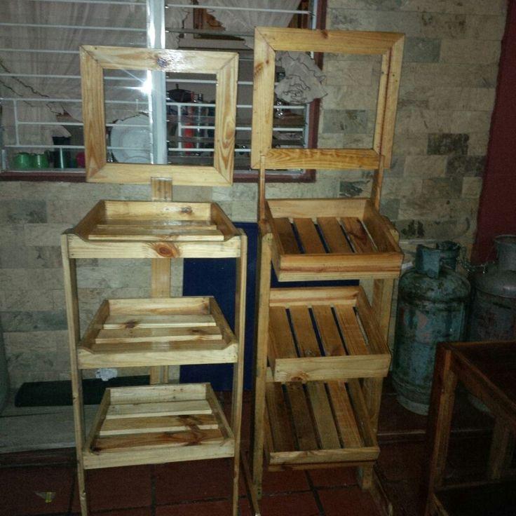 Estantes exhibidores hechos con paletas estibas recicladas. Shelf display pallets