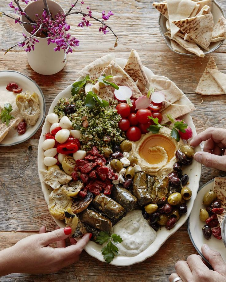 Oh so perfect for the holiday! Filled with olives & antipasti! // Vegetarian Mezze Platter