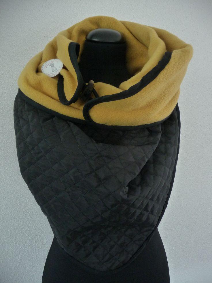 Sjaal-Rooster is een mooie grote 3hoek sjaal, die op de punt sluit door een knoop of andere bevestiging.  Hij is aan 2 kanten draagbaar, heerlijk warm, deze is 1 kant fleece en 1 kant doorgestikt.