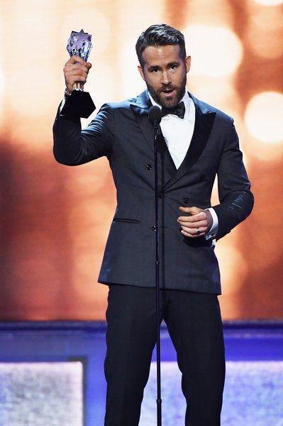 Райан Рейнольдс приймає конферансьє року нагороди на сцені протягом 22 щорічна критики вибір нагороди в Баркер Ангар 11 грудня 2016 року, в Санта-Моніці