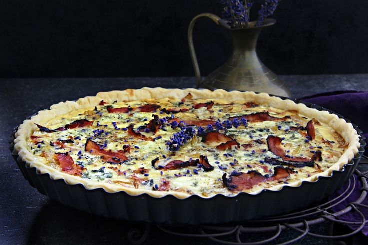 V kuchyni vždy otevřeno ...: Cibulový quiche s gorgonzolou, slaninou a levandul...