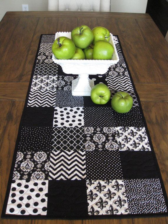 Camino de mesa blanco y negro por Quiltedhearts5 en Etsy                                                                                                                                                                                 Más