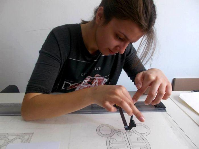 Βάλια Τάτση Επιτυχούσα Πανελληνίων εξετάσεων 2014-2015 – Αρχιτεκτονική Πολυτεχνείο Κρήτης Εισαγωγή με πανελλήνιες εξετάσεις στο τμήμα Αρχιτεκτονικής Πολυτεχνείου Κρήτης Η Βάλια παρακολούθησε το τμήμα προετοιμασίας για το ελεύθερο και γραμμικό σχέδιο για τις πανελλήνιες εξετάσεις 2015 και είναι επιτυχούσα, στο τμήμα Αρχιτεκτονικής, του Πολυτεχνείου Κρήτης. Η Βάλια είπε για Το Εργαστήρι Σχεδίου και την εμπειρία …
