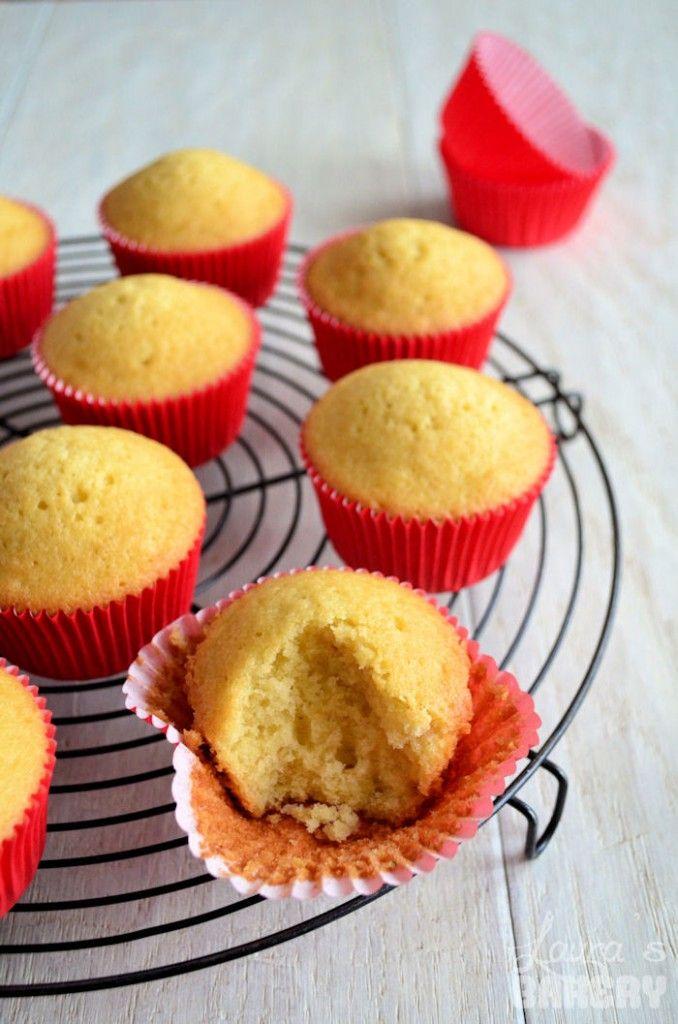 Het perfecte basisrecept voor vanille cupcakes. Met dit recept voor vanille cupcakes kun je eindeloos variëren. wat dacht je van chocolade of koffie smaak?