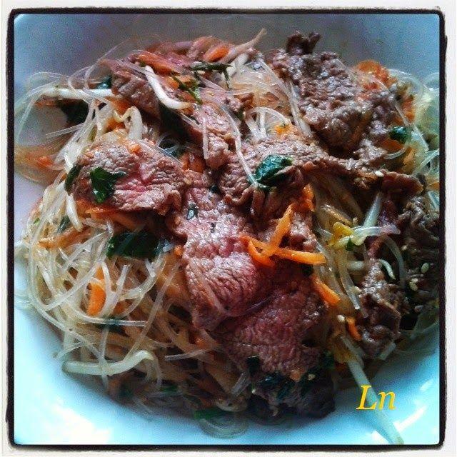 Keskonmangemaman - Salade tiède au boeuf mariné sauce soja, germes de haricots mungo, vermicelles de riz, sésame et carottes râpées