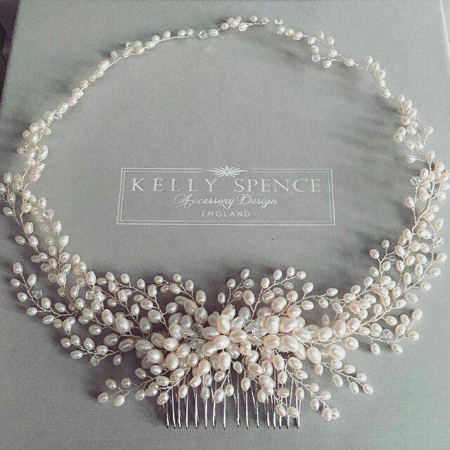 Solch ein atemberaubender Heiligenschein von @kellyspencewed. Perlen sehen toll aus mit Spitze #Hochzeitshaar #Hochzeitsjagd #Repost @kellyspencewed ・ ・ ・ Unsere Schönhei ...