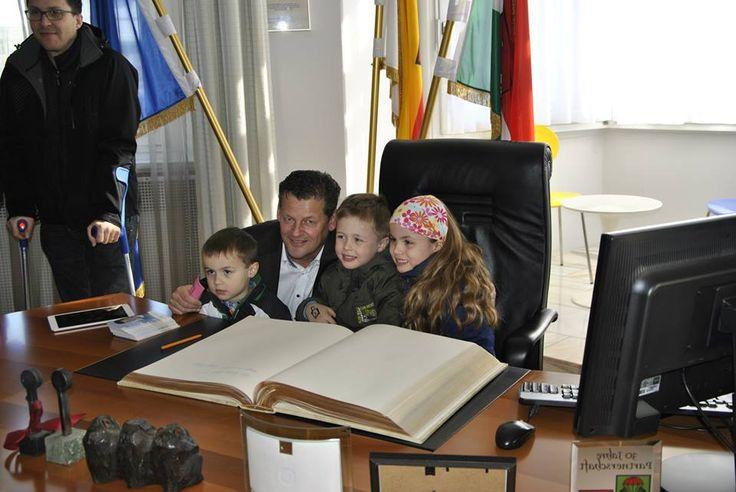 Beim Tag der offenen Tür im Rathaus konnten die jüngsten Klagenfurter in die Rolle des Bürgermeisters schlüpfen.