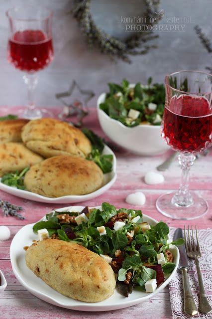 ...konyhán innen - kerten túl...: Csirkemell hagymás burgonyabundában, szilvás-fetás zöld salátával