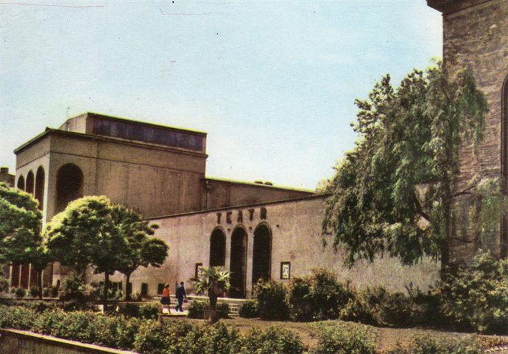 Pocztówka z 1967 r. przedstawiająca gmach Teatru im. A.Fredry w Gnieźnie. Teatr ten, jako inicjatywa społeczna, został założony w 1946 r. przez Sekcję Teatralną Towarzystwa Przyjaciół Gniezna. W 1955 r., już jako instytucja państwowa, przyjął imię Aleksandra Fredry.
